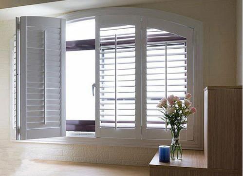 阳台和室的窗户,采用了木质百叶窗门,并用白色粉饰,比起普通的窗户,这