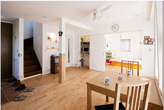 房间支柱的下方选用与地板同色的木板作为装饰,柱体上根据自己的喜好