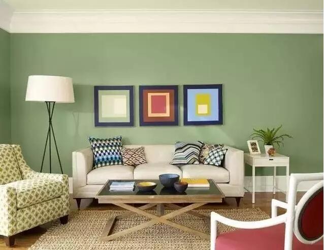 三幅分开式的挂法一般是三个尺寸一样的装饰画,平均布置于沙发后面.图片